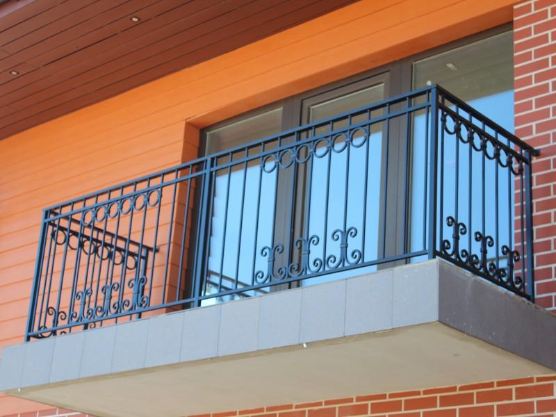 Metaliniai balkono tureklai su riesto metalo akcentais Midama