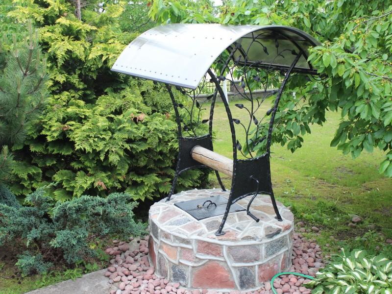 Akmeninis šulinys su metaline stogelio konstrukcija, lapelio akcentais ir stogeliu Midama 2