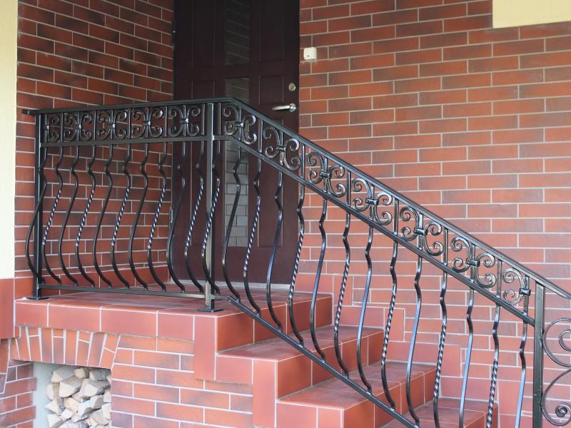 Metaliniai laiptu tureklai su raityto metalo akcentais Midama