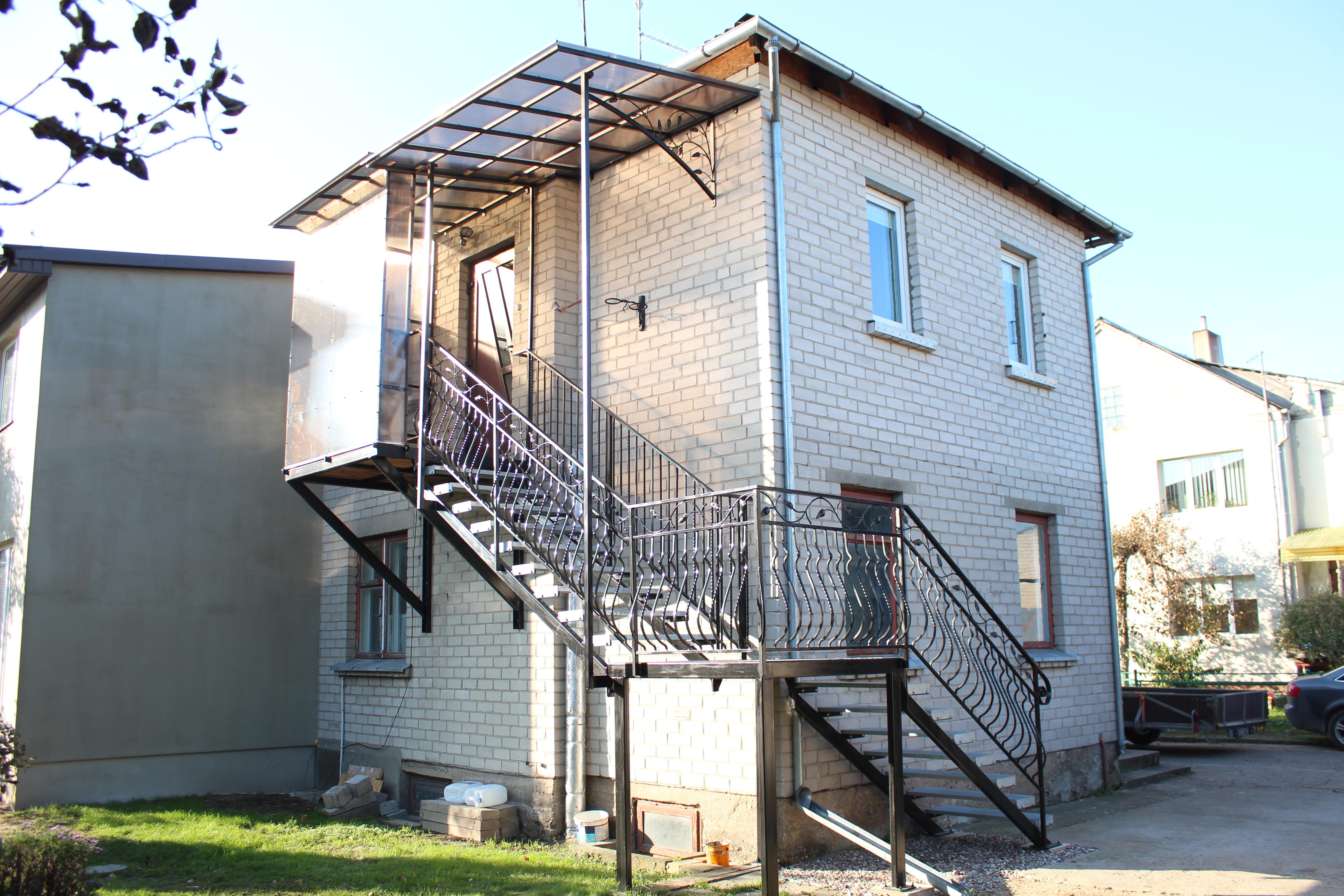 Standartiniai metaliniai laiptai su pastoge ir lapeliu akcentais 2 Midama