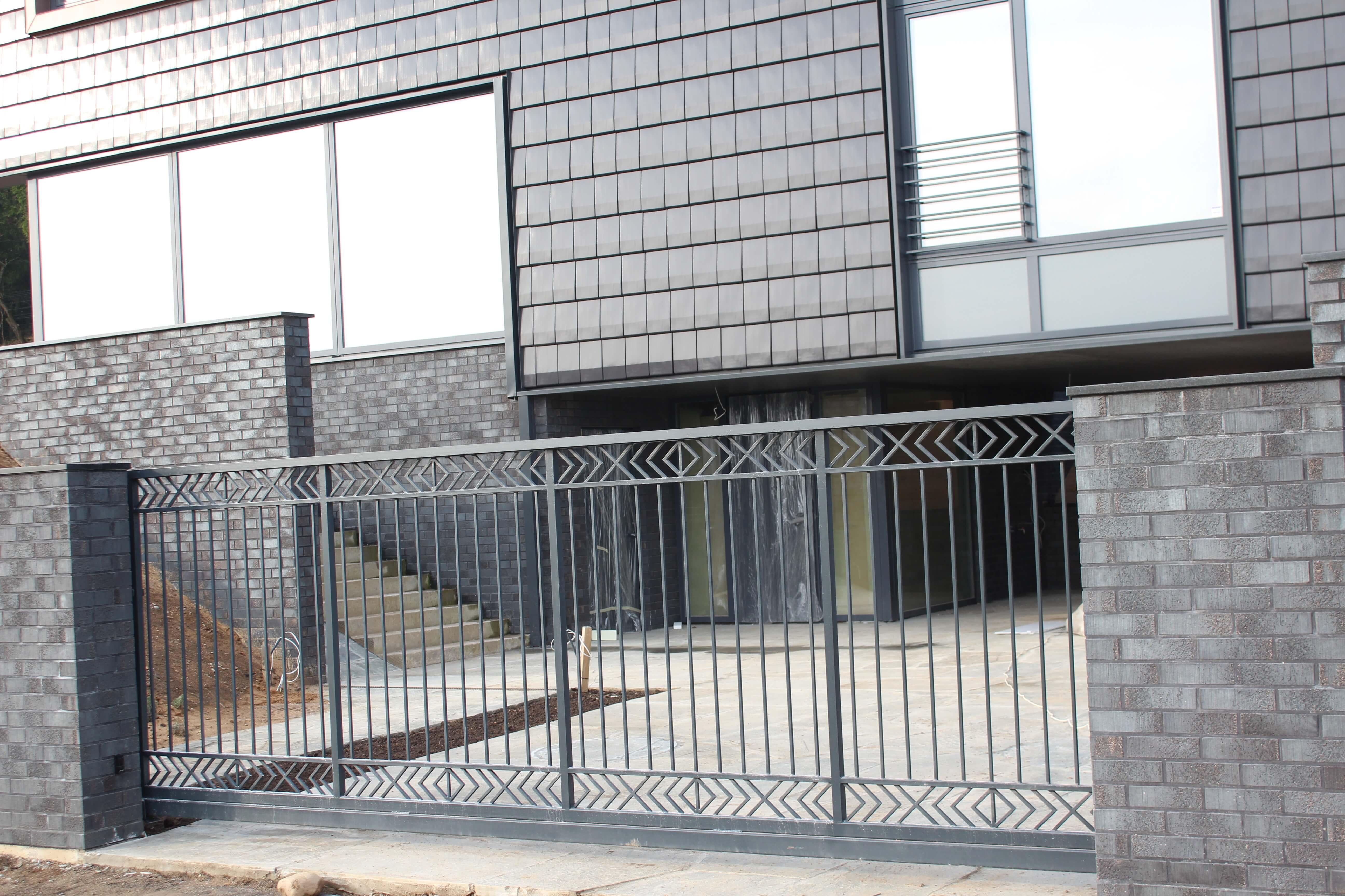 Standartiniai metaliniai vartai su akcentais virsuja ir apacioj Midama