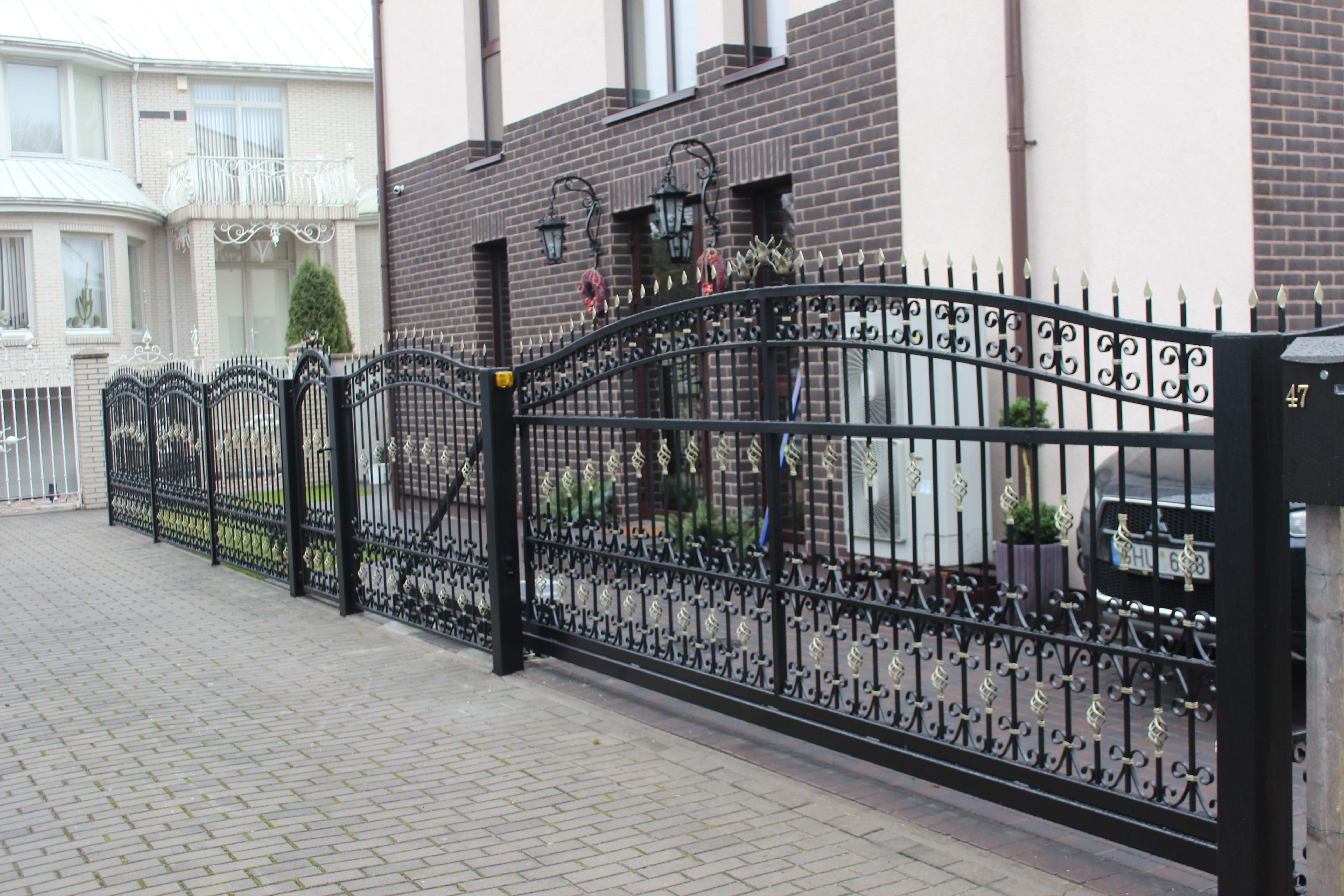 Metaline tvora su vartais ir auksinem detalem 2 Midama