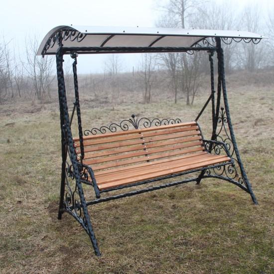 Metaline supyne su stogeliu bei raityto akcentais ir mediniu kreslu Midama