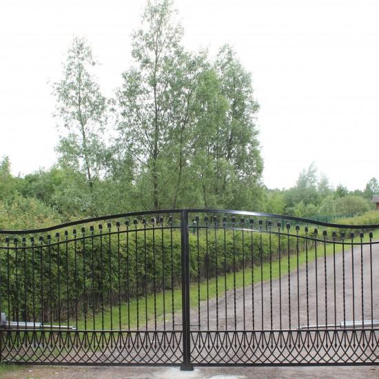 Juodi metaliniai vartai