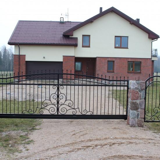 Juodi metaliniai vartai su ornamentu