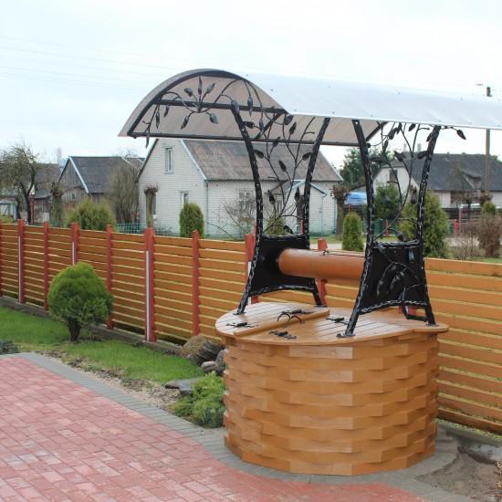 Medinis šulinys su metaline stogelio konstrukcija, lapelio akcentais ir stogeliu Midama