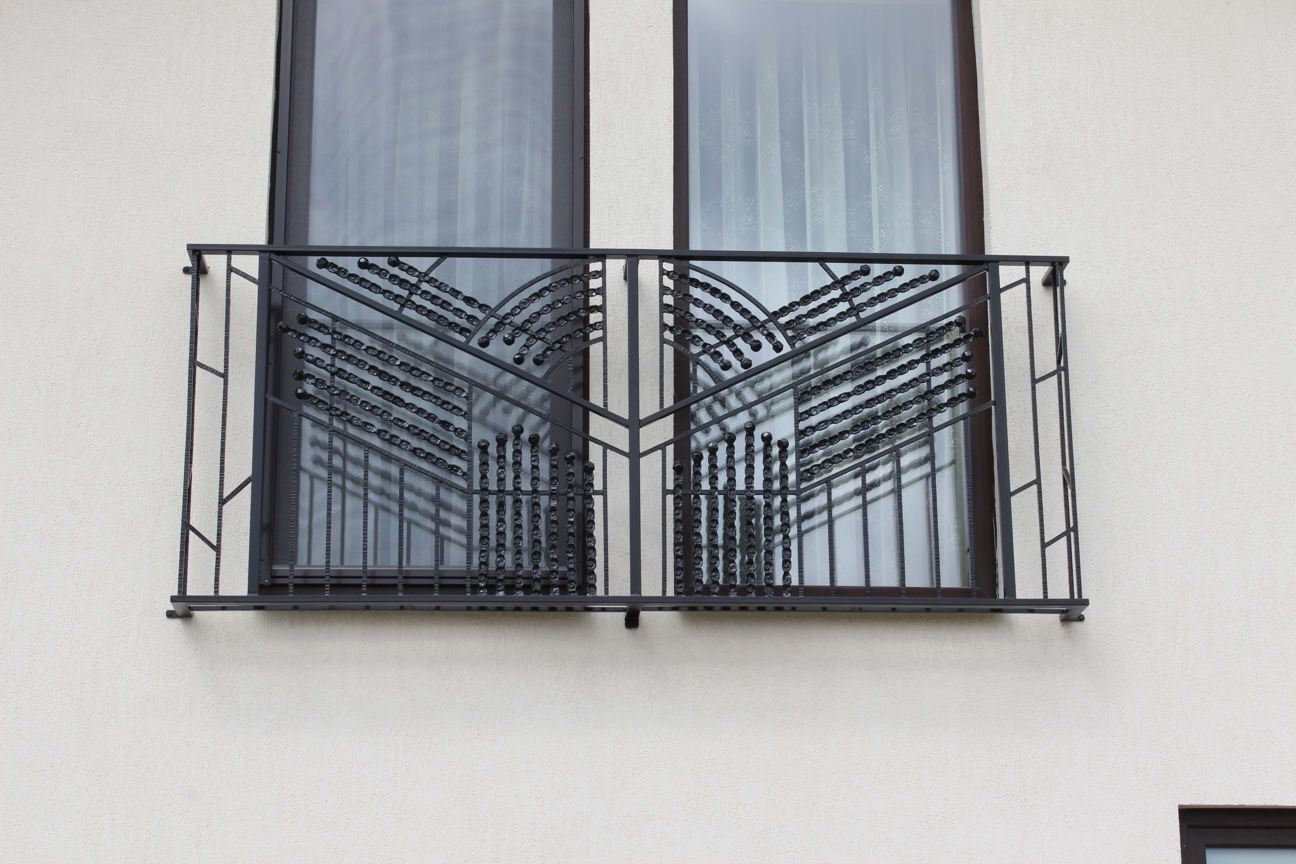 Metaline lango dekoracija su riesto metalo akcentais
