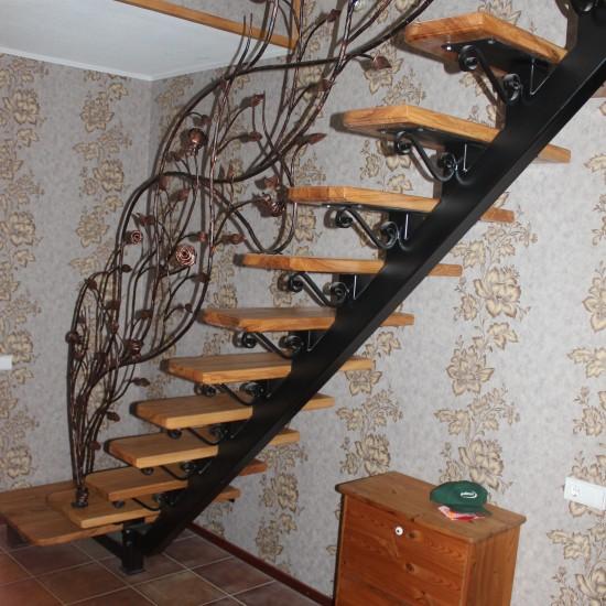 Mediniai/metaliniai laiptai ir tureklai su gamtos motyvu Midama