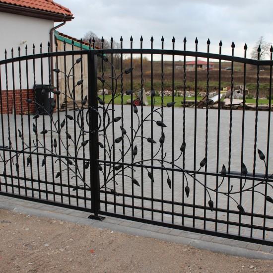 Metaliniai vartai su gamtos motyvu