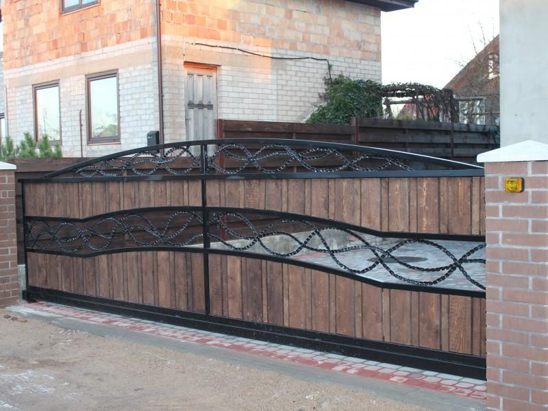 Metaliniai vartai su sukto metalo ornamentais